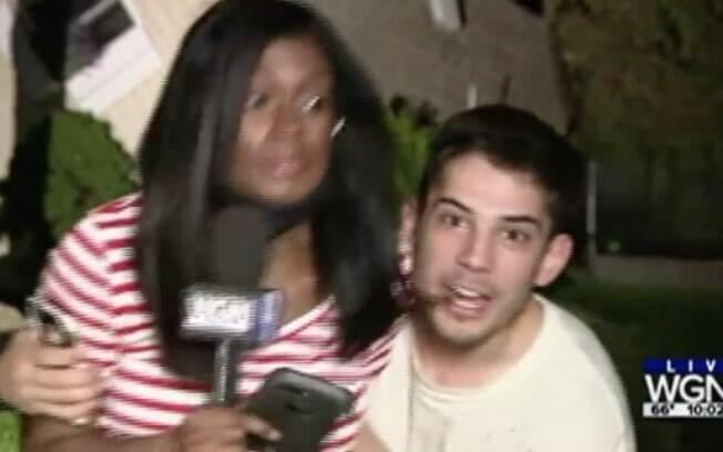 repórter sendo assediada