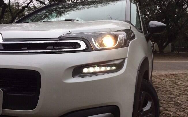 Frente com desenho moderno inclui luz diurna de LED e novos faróis com lentes escurecidas na versão topo de linha