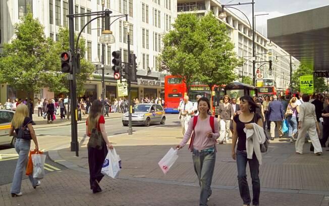 Oxford Street, no centro da cidade, concentra lojas de diversas marcas