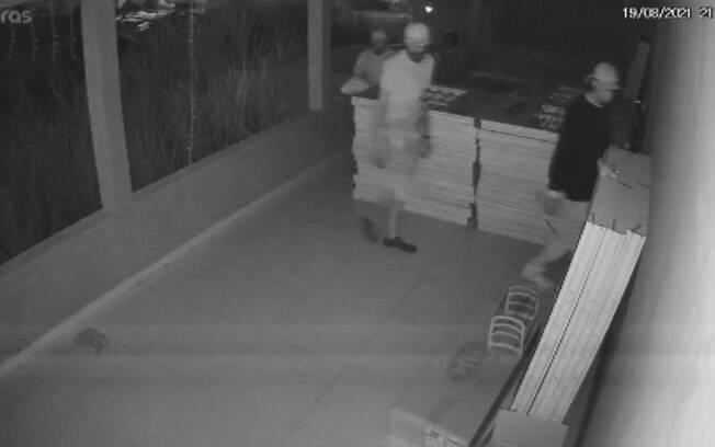 Trio furta estoque de portas e janelas de loja em Campinas