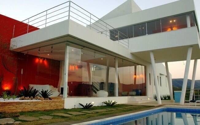 No projeto do arquiteto Ulisses Morato o vermelho está em uma das paredes principais da casa
