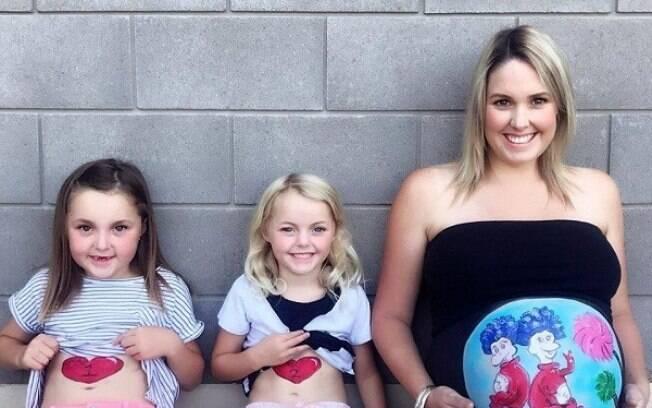 As amigas Sophia e Kate pintam as barrigas de mulheres que desejam guardar uma lembrança da gestação nos EUA
