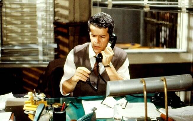 Alberto Mattos (José Mayer), solucionando mistérios na minissérie 'Agosto'
