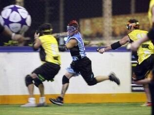 Objetivo do Tazer Ball é marcar gols
