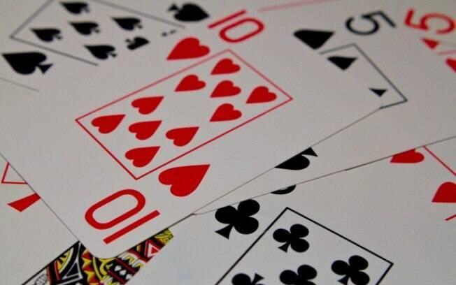 O baralho não poderia faltar na nossa lista de jogos eróticos baixo custo! Há diversas formas de usá-lo a favor do prazer