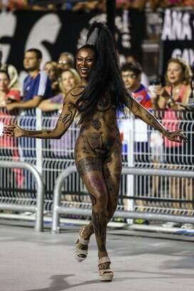 Musa da Rosas de Ouro toda tatuada foi uma das atrações do desfile. Foto: AgNews