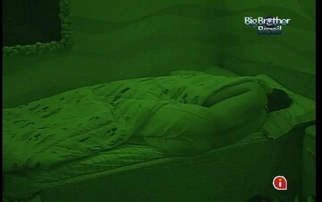 Após noite tensa, confinados dormem pesado