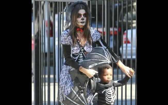 Sandra Bullock de noiva cadáver e o filho, Louis, de esqueleto