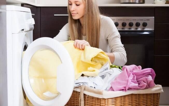 Como lavar roupa branca? Uma das orientações é não misturar com peças coloridas, pois isso pode deixá-la com manchas