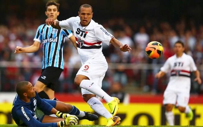 Luis Fabiano divide a bola com Dida em ataque  do São Paulo
