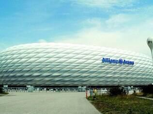 Majestoso. Allianz Arena, que muda de cor conforme o mandante da partida, foi construída pelo governo, mas foi repassada ao Bayern
