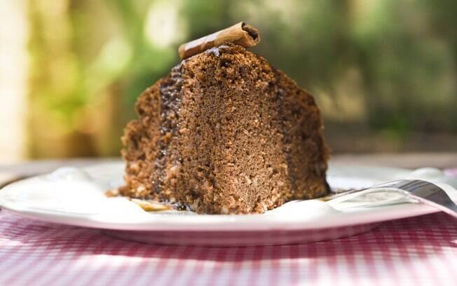 Prato com bolo de chocolate e calda de café