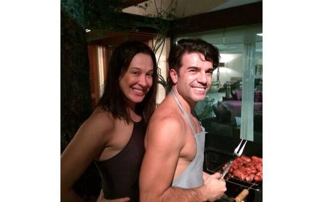 Claudia Raia posa de cara limpa ao lado de Jarbas Homem de Melo em churrasco familiar