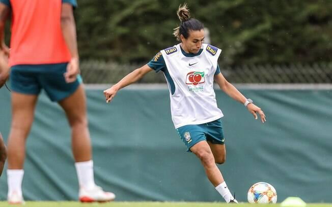 Marta retornou aos treinos com bola após lesão na coxa
