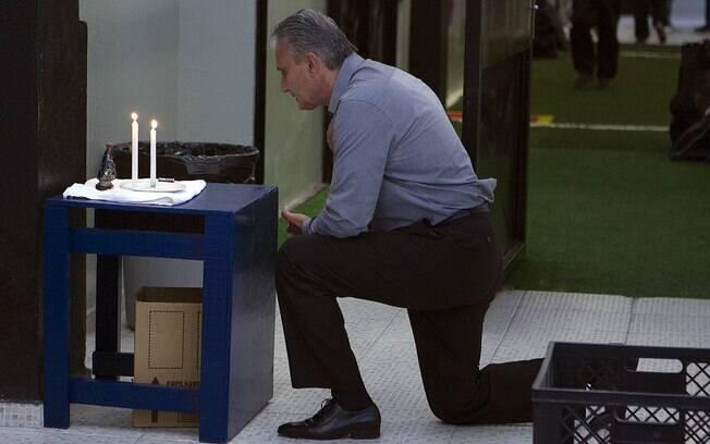 Tite faz sua oração antes da partida contra o Atlético Sorocaba