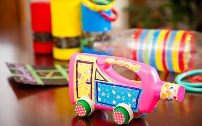 Cinco brinquedos de sucata: escolha um e aprenda passo a passo
