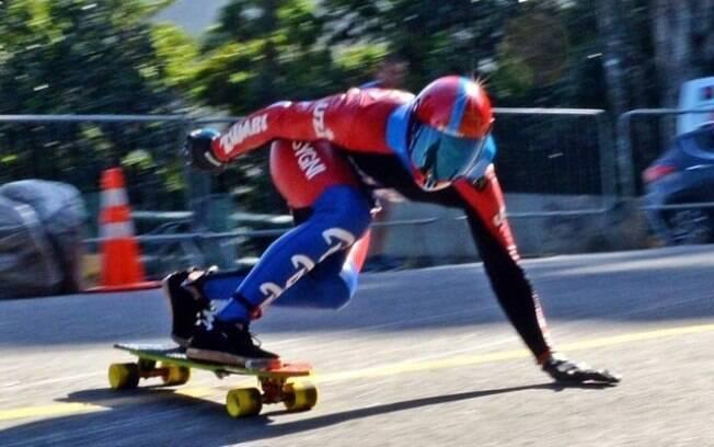 O skatista Allysson Pastrana durante etapa do Mundial de skate Downhill no Rio