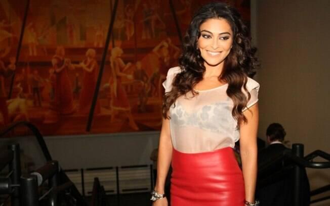 Juliana Paes exibiu look com blusa transparente no evento da Globo