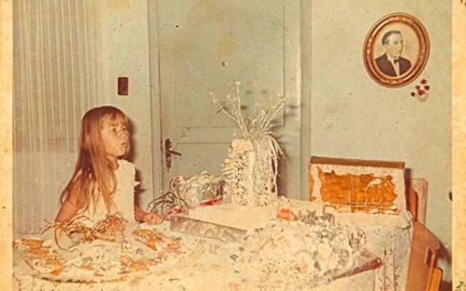 Xuxa Meneghell criancinha comemorando o aniversário. Não parece a Sasha?