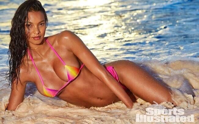 Lais Ribeiro posa sensual em cenário praiano