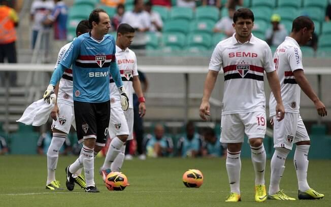 Rogério Ceni cumprimenta os jogadores do São Paulo após a vitória sobre o Bahia