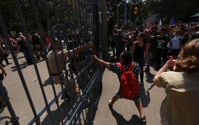 Protestos contra incêndio no Museu Nacional tem repressão com spray de pimenta e bomba de gás lacrimogêneo