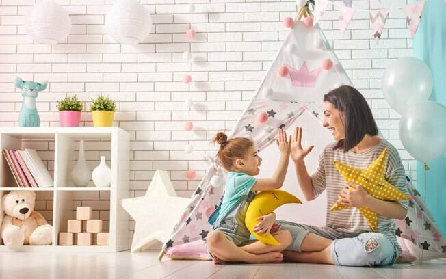 Organizar os brinquedos, livros e objetos em um mobiliário na altura da criança é essencial para que ela tenha autonomia