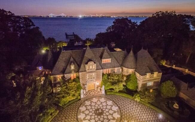 A mansão tem 18 quartos e uma garagem de dois andares que comporta até nove carros. Perfeita para uma festa, não?