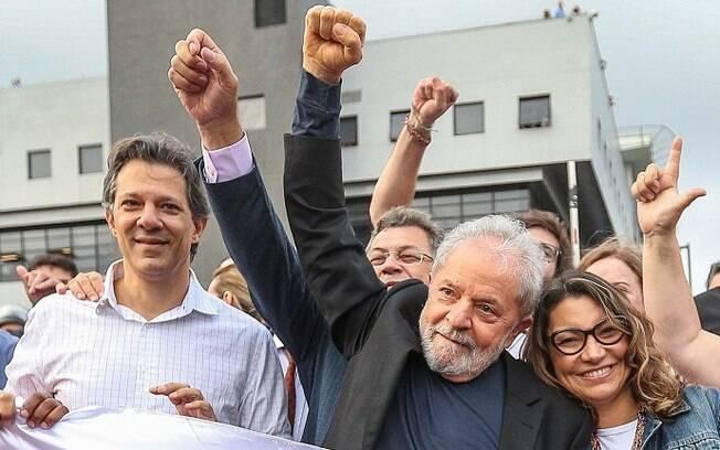 Lula na saída da prisão em Curitiba