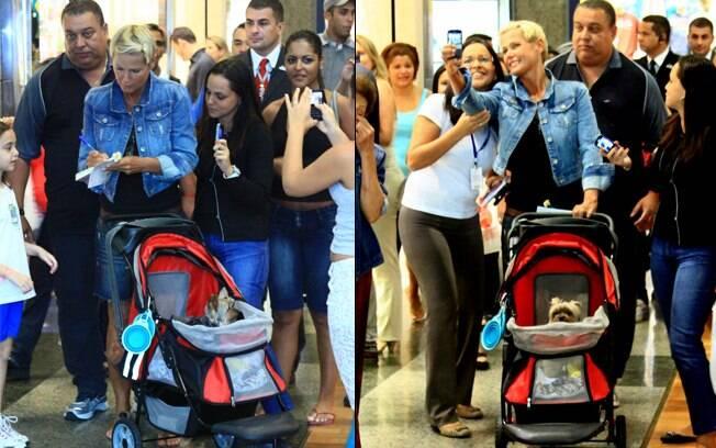 Apesar do alvoroço, Xuxa dá autógrafos e tira fotos com fãs