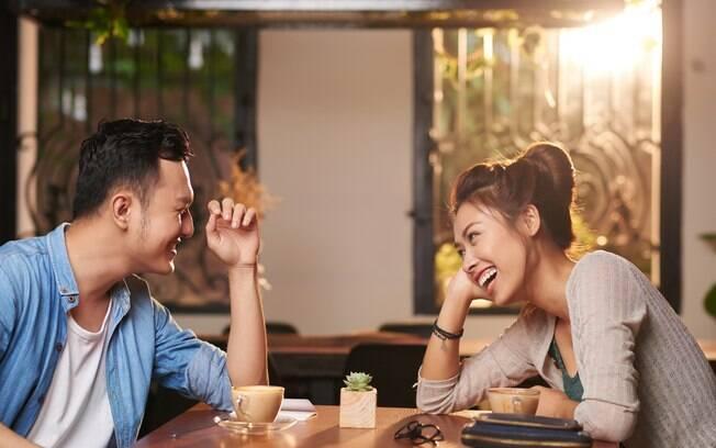 casal conversa e se diverte tomando café