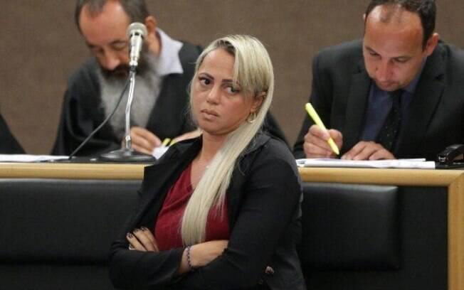 mulher loira no tribunal