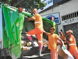 Benefícios.  Agentes da coleta de lixo domiciliar recebem reajuste salarial, após paralisação dos serviços realizada durante 1 dia de trabalho