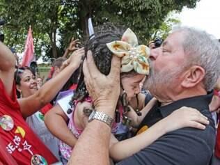 Lula conversa com cidadãos em evento, em Santa Tereza.