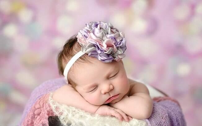 Que tal uma grande flor com vários tons na cabeça da bebê?. Foto