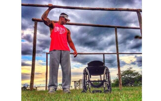 Fernando Fernandes mostra imagem em que aparece de pé ao lado da cadeira de rodas