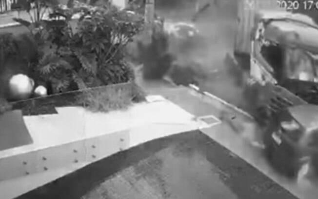 A carreta perdeu o controle devido à chuva forte