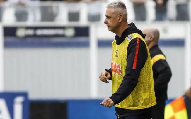Técnico Tiago Nunes está pressionado no Corinthians