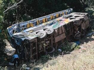 Cidades - Luz - Minas Gerais - Brasil . Acidente de onibus de turismo , que caiu em ribanceira na BR 262 , km 509 na cidade de Luz .  Foto: Uarlen Valerio / O Tempo 19-05-2014