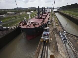 Grandiosidade. Atualmente, as três eclusas do Canal do Panamá (81 km de extensão) permitem 14 mil trânsitos interoceânicos ao ano, em sua maioria navios cargueiros
