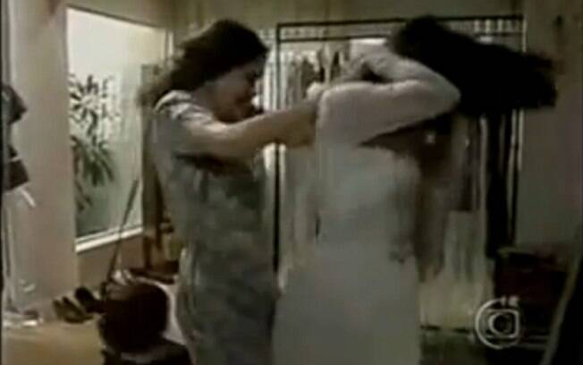 Raquel (Regina Duarte) rasga o vestido de Fátima (Glória Pires) em
