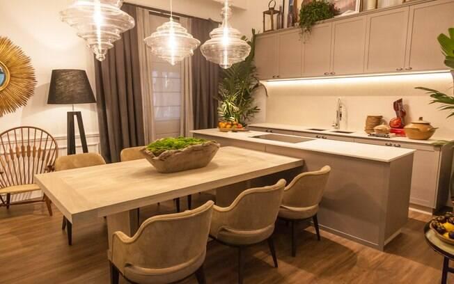 A mesa de jantar faz a união entre a sala de estar e a cozinha, no ambiente projetado por Fabio Morozini