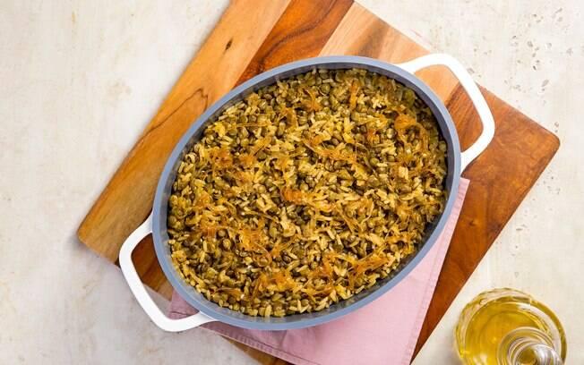O arroz com lentilha e cebola caramelizada é ótimo para o almoço
