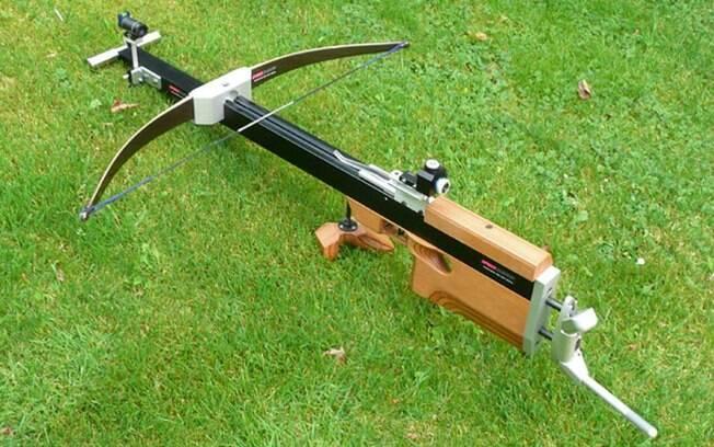 A besta é uma que combina o corpo de uma espingarda com a estrutura de um arco e flecha.