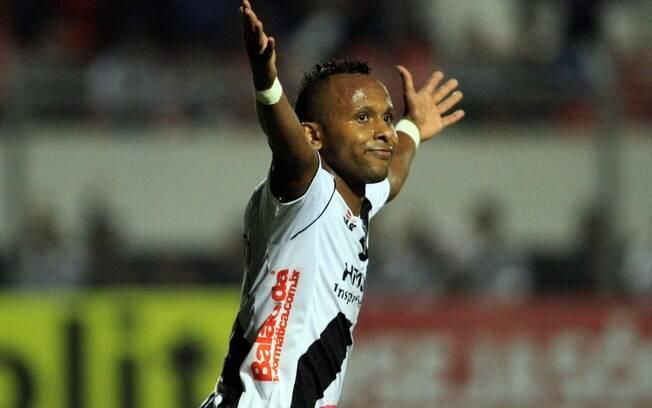 Chiquinho corre para festejar o gol da Ponte  Preta no Moisés Lucarelli