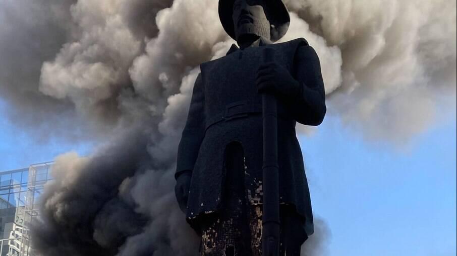 Estátua de Borba Gato incendiada em SP