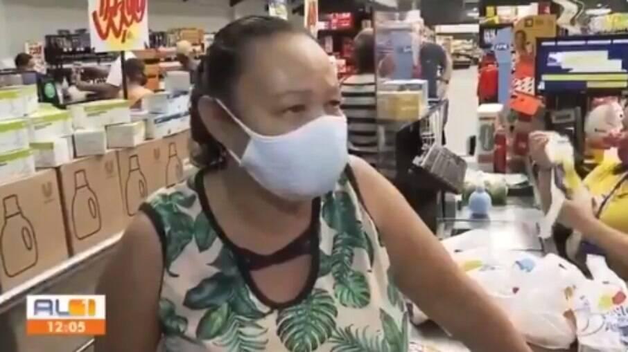 Mulher chora ao relatar perda no poder de compra