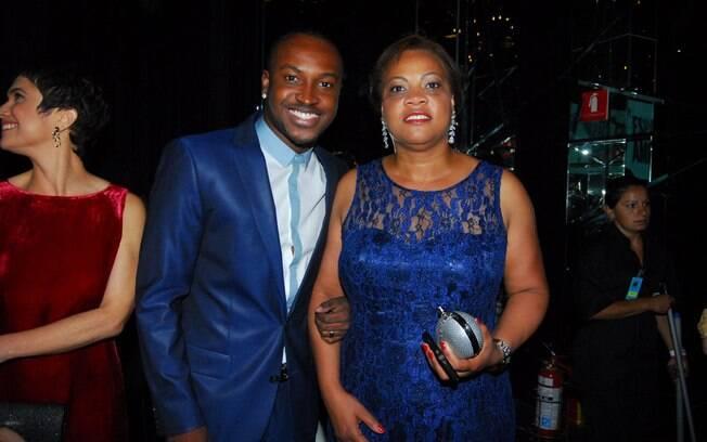 Thiaguinho e a mãe no show de Roberto Carlos