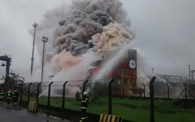 Fumaça toma terminal de cargas em Vicente de Carvalho: 50 bombeiros tentam apagar chamas