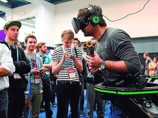 Experimentando. Berk Huelague testa jogo em realidade virtual usando o Oculus Rift na Conferência de Desenvolvedores de Jogos